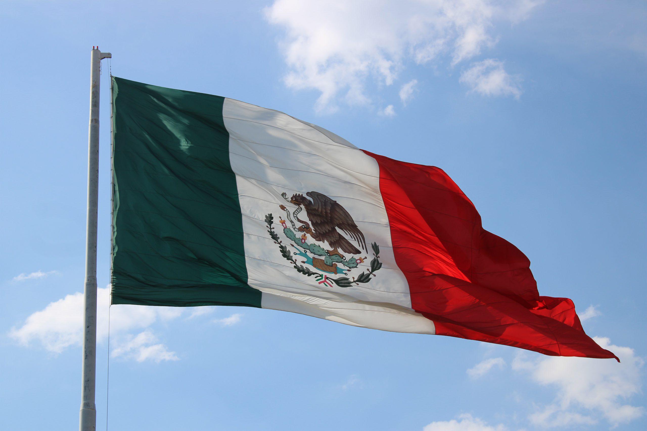 Peso mexicano extiende racha negativa por fortaleza del dólar, perfila caída
